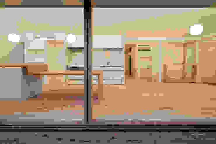 南デッキテラスより オリジナルデザインの リビング の hm+architects 一級建築士事務所 オリジナル