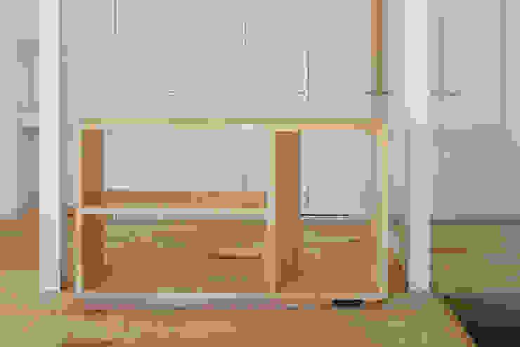 領域を分けるシェルフ: hm+architects 一級建築士事務所が手掛けた折衷的なです。,オリジナル 木 木目調