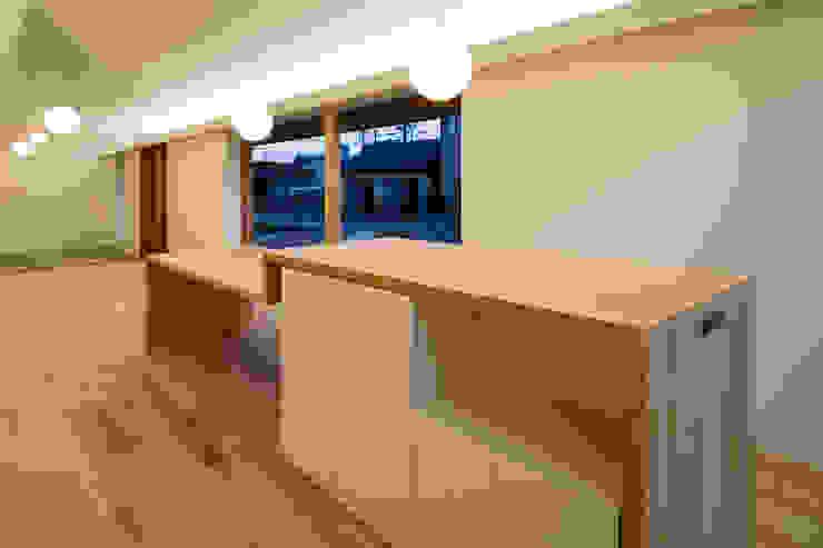 ダイニングテーブル オリジナルデザインの ダイニング の hm+architects 一級建築士事務所 オリジナル 木 木目調