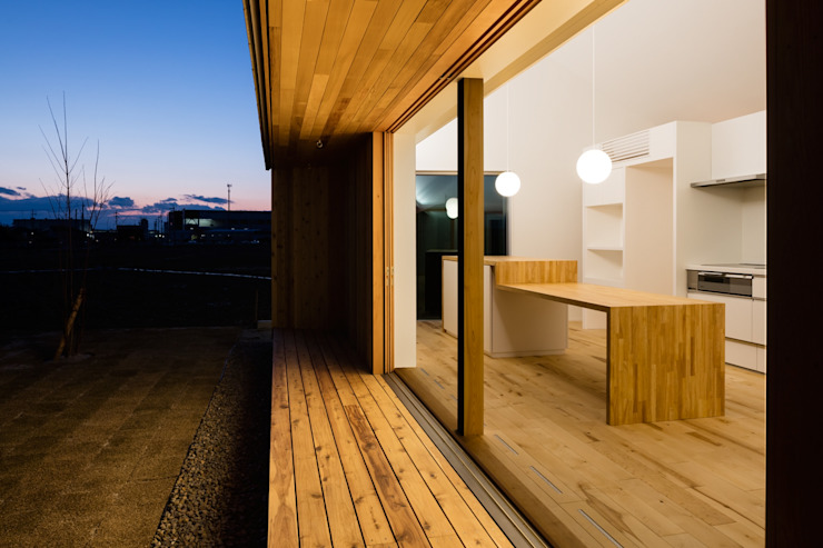 デッキテラス オリジナルデザインの テラス の hm+architects 一級建築士事務所 オリジナル 木 木目調