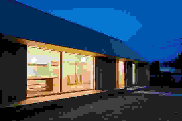 南面 夕景 オリジナルな 家 の hm+architects 一級建築士事務所 オリジナル 木 木目調