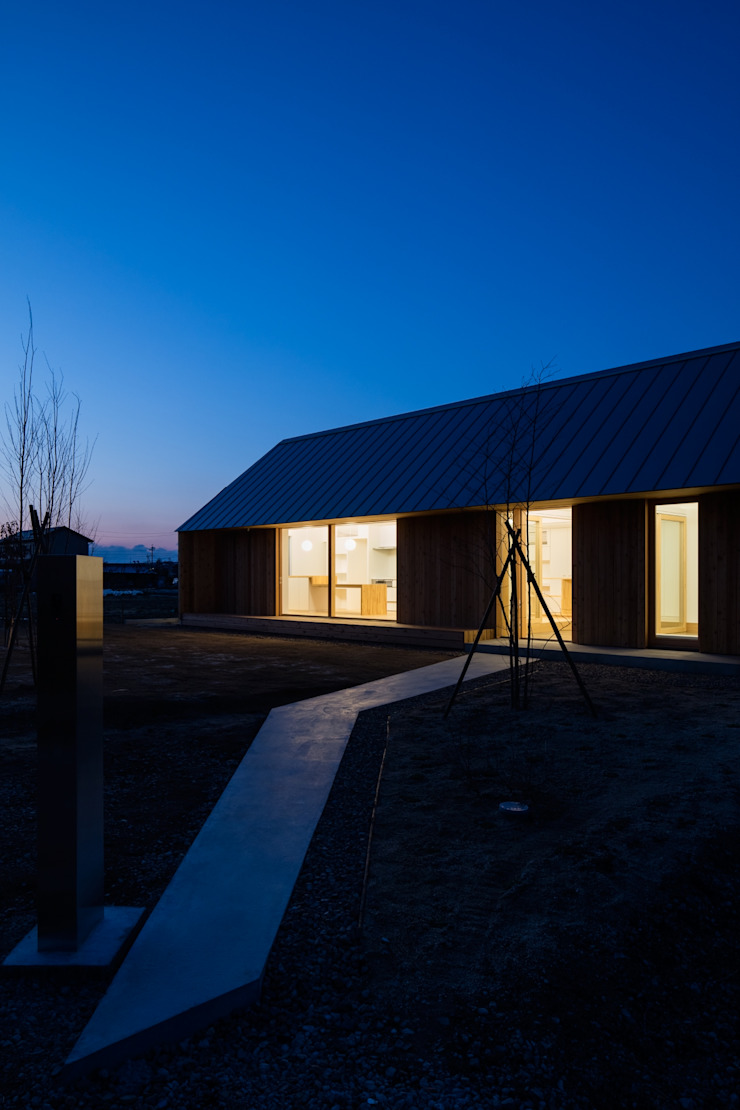 アプローチ 夜景 オリジナルな 家 の hm+architects 一級建築士事務所 オリジナル 木 木目調
