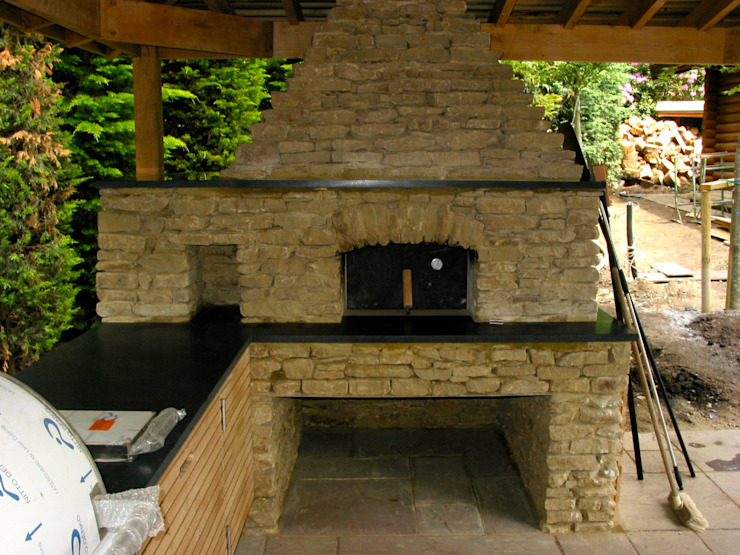 Outdoor kitchen in oak de wood-fired oven