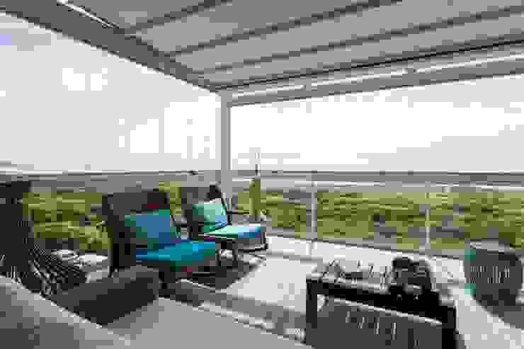 De imóvel padrão à lar dos sonhos de um jovem casal Varandas, alpendres e terraços modernos por ROPE Engenharia Moderno