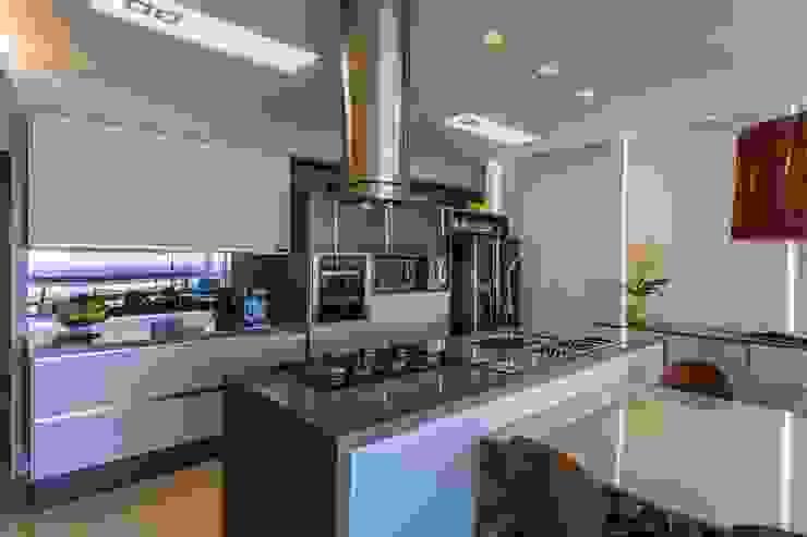 De imóvel padrão à lar dos sonhos de um jovem casal Cozinhas modernas por ROPE Engenharia Moderno