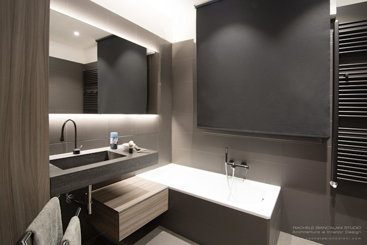 DARK WATER - a very dark bathroom - galactic renovation - TRASFORMAZIONE GALATTICA Rachele Biancalani Studio Bagno moderno Metallizzato/Argento