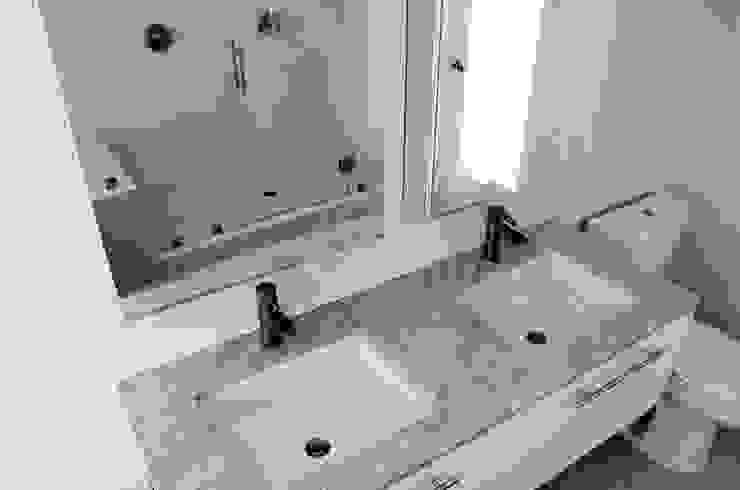 M-8442 Baños modernos de Erika Winters Design Moderno