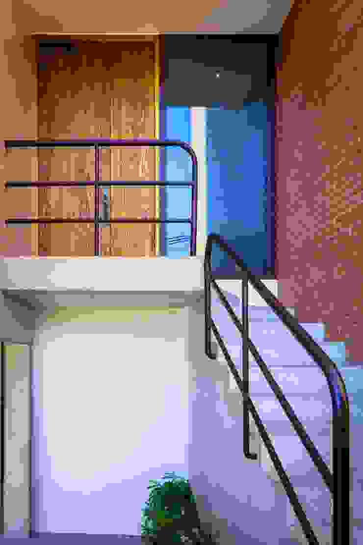Hogar OV. Casas industriales de Lozano Arquitectos Industrial Madera Acabado en madera