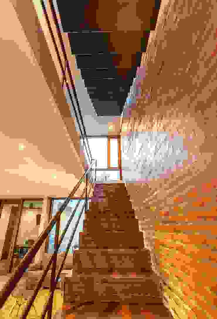 Hogar OV. Pasillos, vestíbulos y escaleras industriales de Lozano Arquitectos Industrial Hierro/Acero