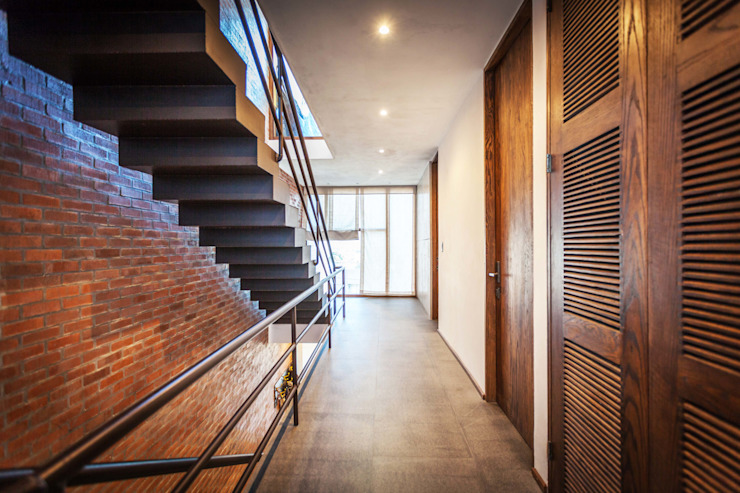 Hogar OV. Pasillos, vestíbulos y escaleras industriales de Lozano Arquitectos Industrial Ladrillos