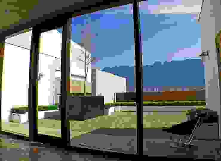 Hogar OV. Balcones y terrazas industriales de Lozano Arquitectos Industrial Madera Acabado en madera