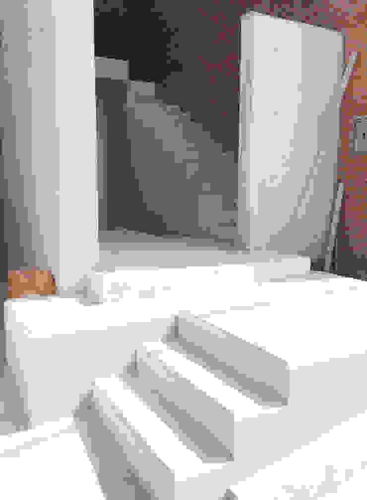 Hogar OV. Pasillos, vestíbulos y escaleras industriales de Lozano Arquitectos Industrial Concreto