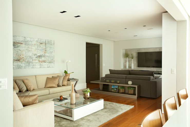 Sala de estar e home theater integrados por Liliana Zenaro Interiores Moderno