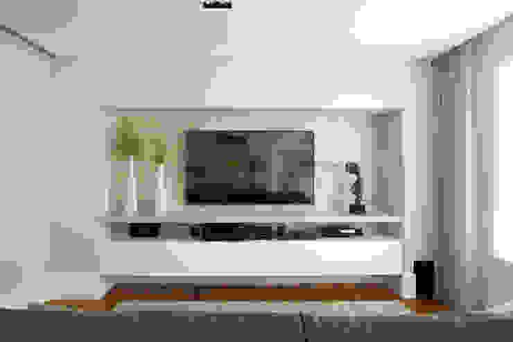 Home theater com pintura branca alto brilho e painel em concreto Salas de estar modernas por Liliana Zenaro Interiores Moderno