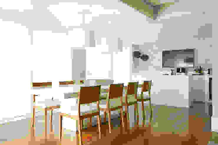 Sala de jantar integrada com espaço gourmet Salas de jantar modernas por Liliana Zenaro Interiores Moderno