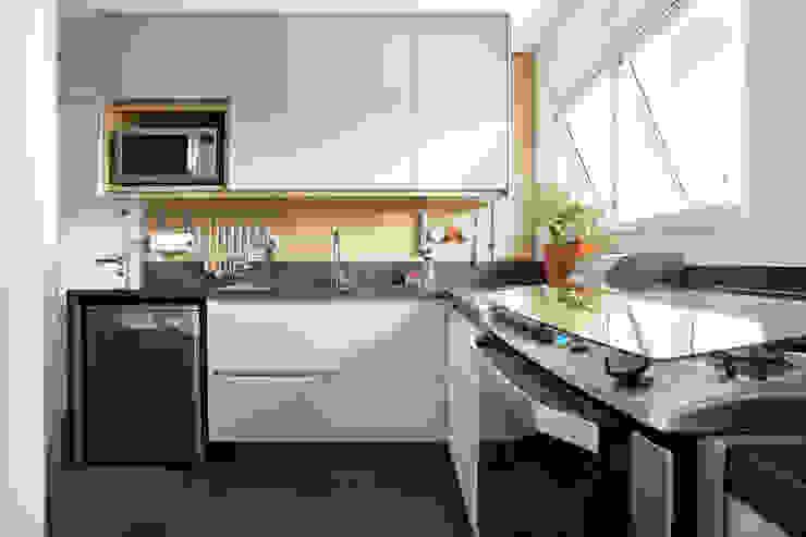 Cozinha com armários em madeira freijó, vidro e pintura barbante Cozinhas modernas por Liliana Zenaro Interiores Moderno