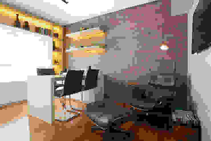 Escritório com parede de tijolos e marcenaria com pintura na cor barbante Escritórios modernos por Liliana Zenaro Interiores Moderno