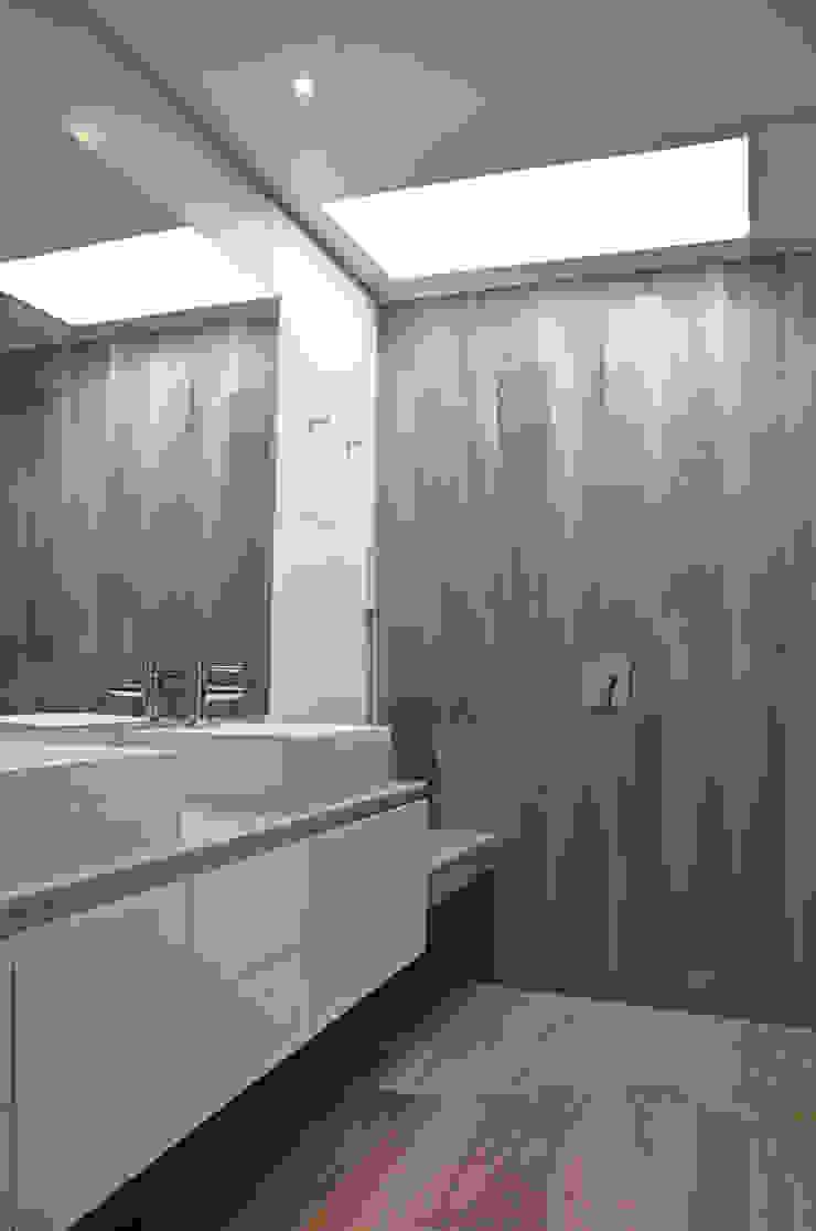 Mediterranean style bathrooms by ESTUDIO BASE ARQUITECTOS Mediterranean