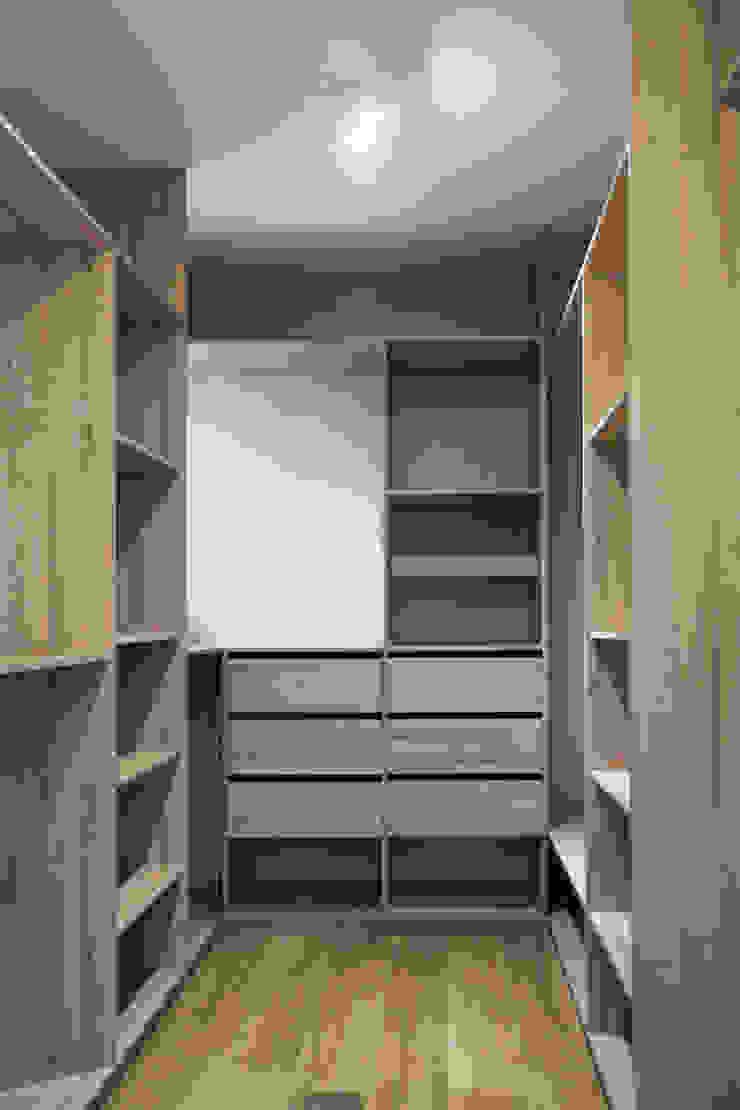 Scandinavian style dressing room by ESTUDIO BASE ARQUITECTOS Scandinavian