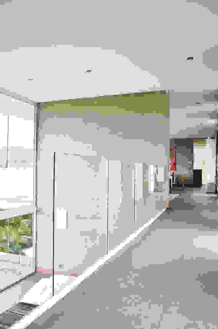 ESTUDIO BASE ARQUITECTOS Mediterranean style corridor, hallway and stairs