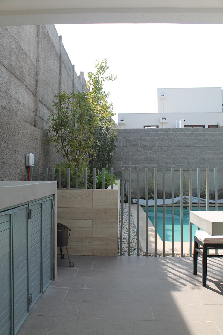 ESTUDIO BASE ARQUITECTOS Mediterraner Balkon, Veranda & Terrasse Weiß