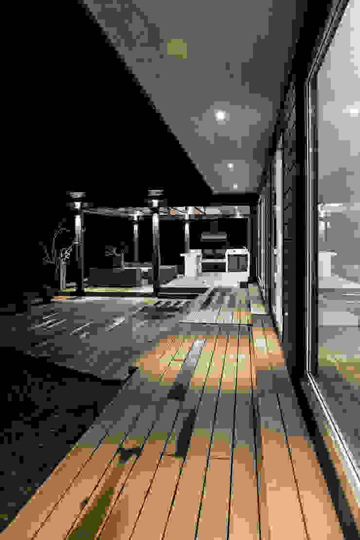 ESTUDIO BASE ARQUITECTOS Scandinavian style balcony, veranda & terrace Wood