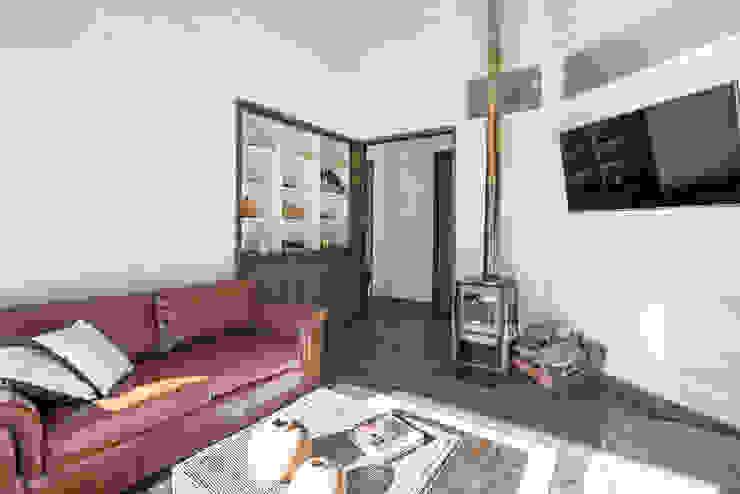 Salas de estilo rústico de ESTUDIO BASE ARQUITECTOS Rústico Madera Acabado en madera