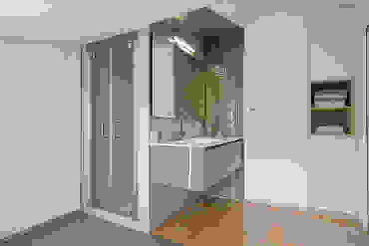 Una casa su due livelli II Bagno moderno di Mario Ferrara Moderno