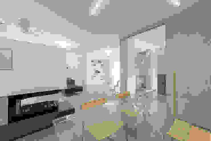 Una casa su due livelli II Sala da pranzo moderna di Mario Ferrara Moderno