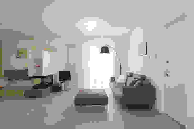 Una casa su due livelli II Soggiorno moderno di Mario Ferrara Moderno