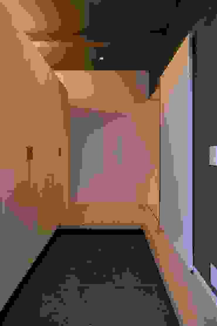 Modern Corridor, Hallway and Staircase by 有限会社ミサオケンチクラボ Modern Wood Wood effect
