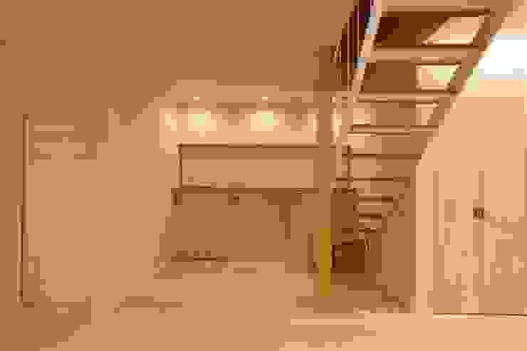 Modern Corridor, Hallway and Staircase by 有限会社ミサオケンチクラボ Modern Iron/Steel
