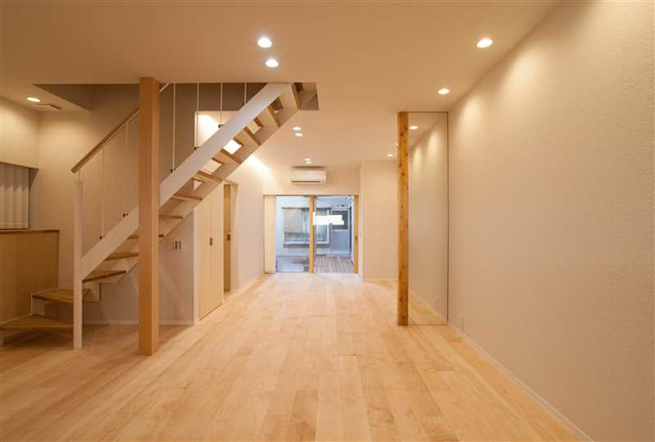 Modern Living Room by 有限会社ミサオケンチクラボ Modern Wood Wood effect