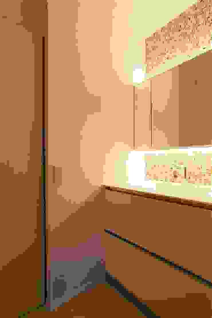 Modern Bathroom by 有限会社ミサオケンチクラボ Modern Tiles