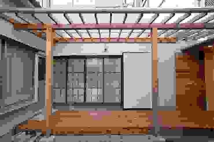 Modern Terrace by 有限会社ミサオケンチクラボ Modern Wood Wood effect