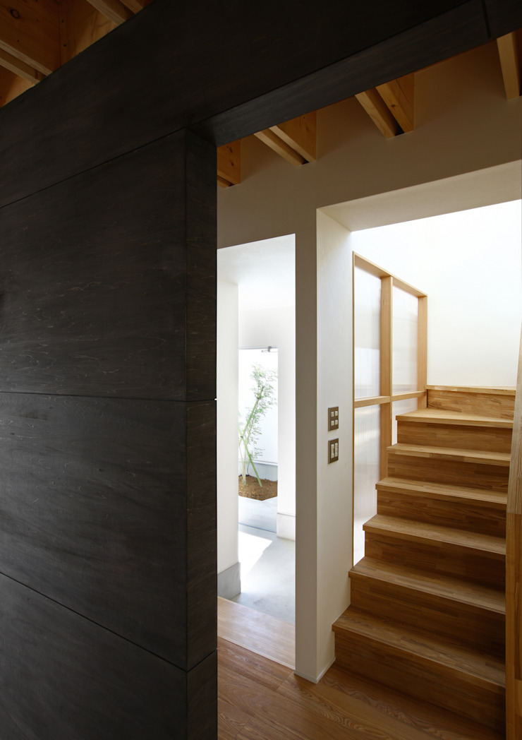 Modern Corridor, Hallway and Staircase by アトリエハコ建築設計事務所/atelier HAKO architects Modern