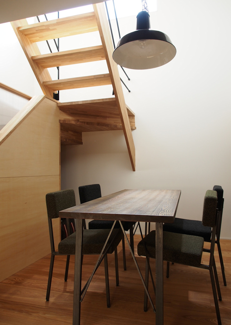 Modern dining room by アトリエハコ建築設計事務所/atelier HAKO architects Modern