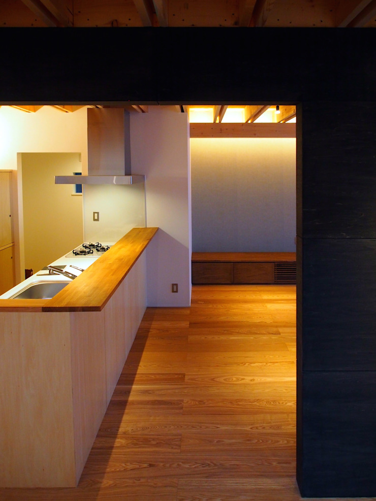 Modern kitchen by アトリエハコ建築設計事務所/atelier HAKO architects Modern