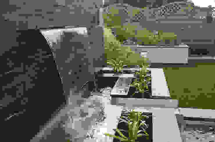 An elegant modern garden by Robert Hughes Garden Design Modern