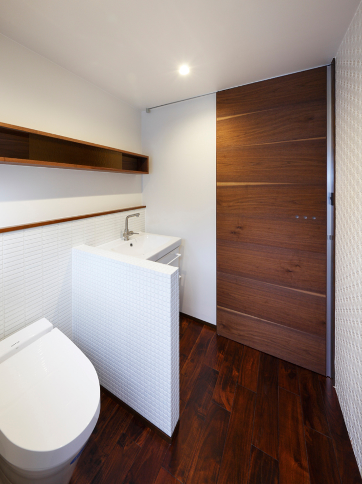 6th studio / 一級建築士事務所 スタジオロク Modern bathroom Tiles White