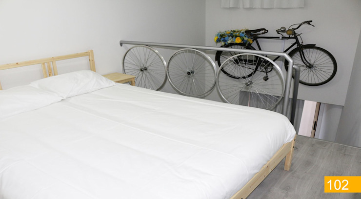 Hostel Bike Suite & Lounge:  industrial por Escala Absoluta,Industrial