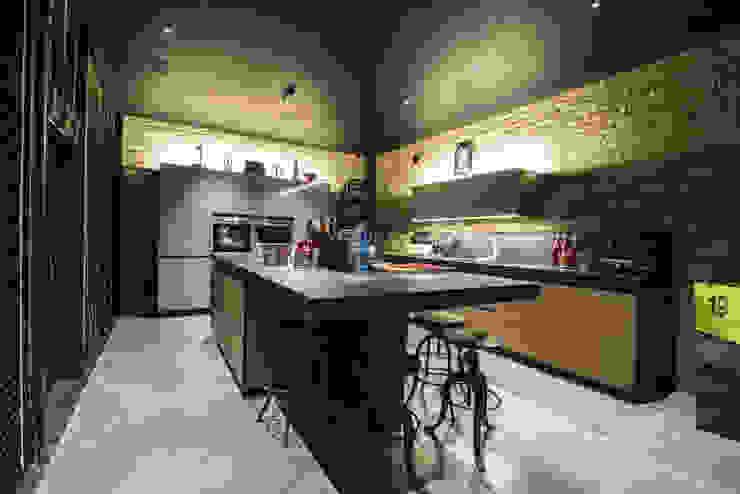 RICONVERSIONE DI UN CAPANNONE INDUSTRIALE IN LOFT RESIDENZIALE Cucina in stile industriale di Bianchetti Industrial