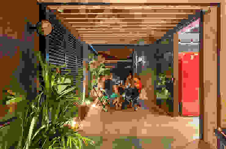 Nóz Café e Pães Varandas, alpendres e terraços rústicos por Vertentes Arquitetura Rústico Tijolo