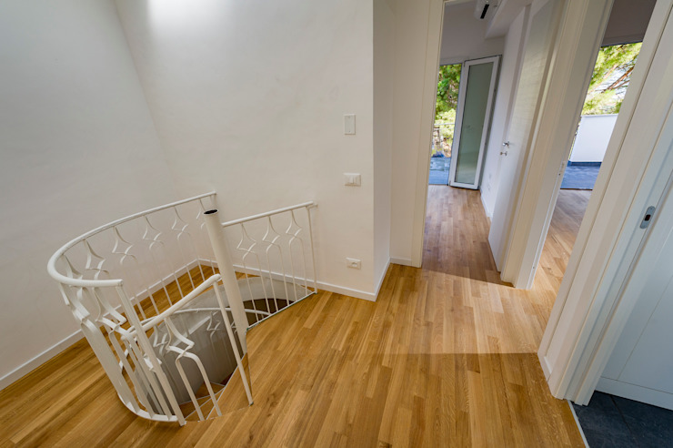 scala interna e disimpegno al primo piano Ingresso, Corridoio & Scale in stile minimalista di Giuseppina PIZZO Minimalista Legno Effetto legno