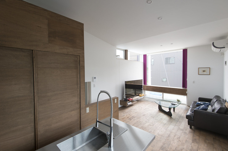 五十嵐の家03/高低差のある家 モダンデザインの リビング の 加藤淳一級建築士事務所 モダン