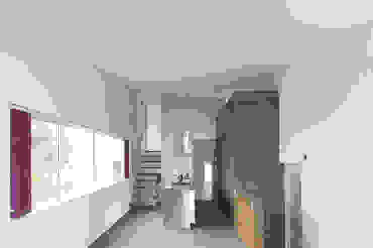 リビングからキッチンをみる02 モダンな キッチン の 加藤淳一級建築士事務所 モダン