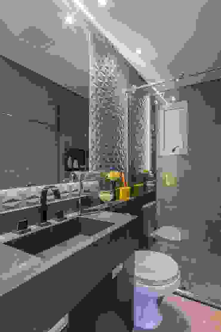 Modern bathroom by Lo. interiores Modern