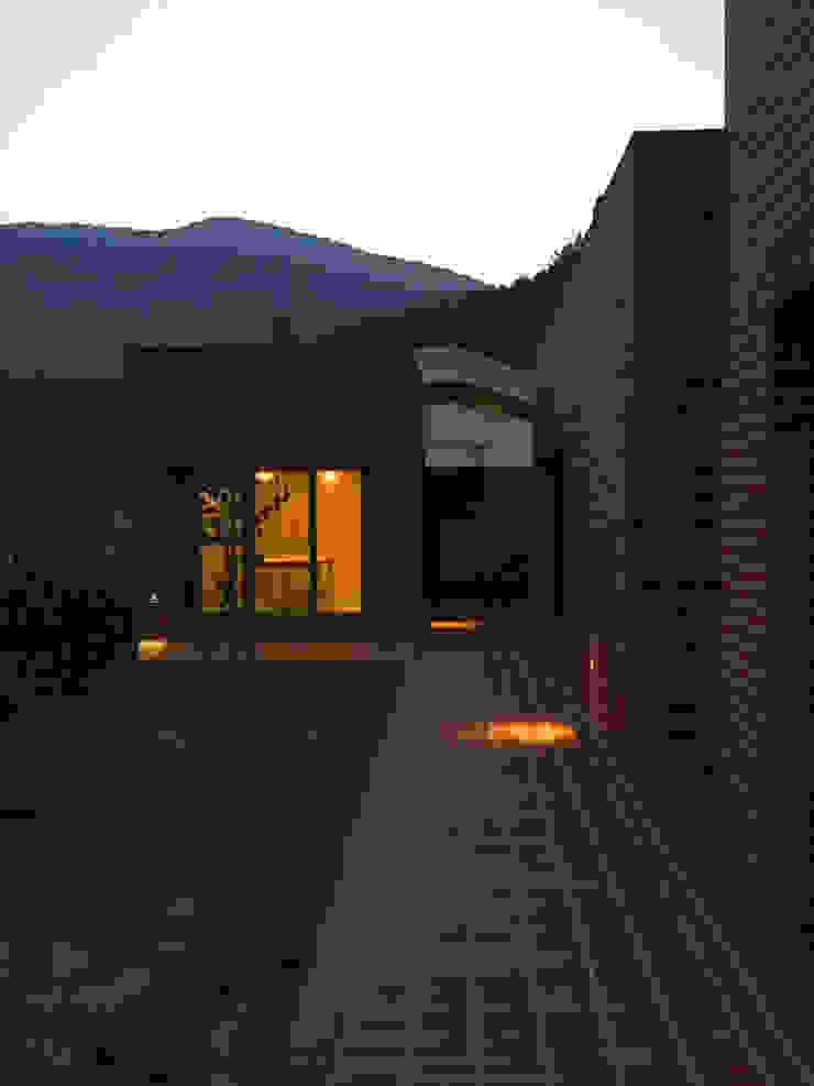 Rural brick house 미니멀리스트 발코니, 베란다 & 테라스 by small-rooms association 미니멀 벽돌