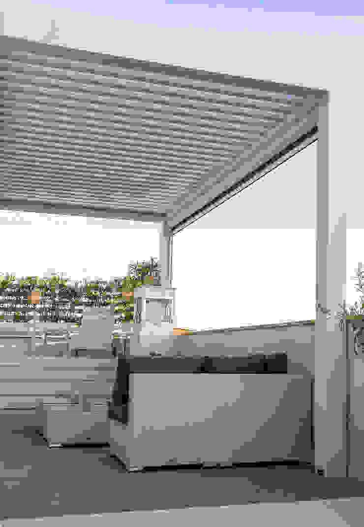 Balcones y terrazas de estilo mediterráneo de SENZA ESPACIOS Mediterráneo