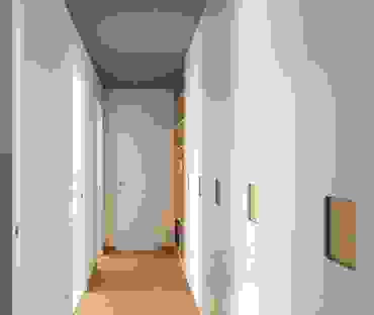 Modern corridor, hallway & stairs by Luigi Brenna Architetto Modern